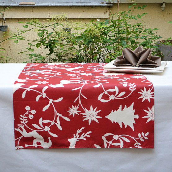Wipe clean table runner Mountain red